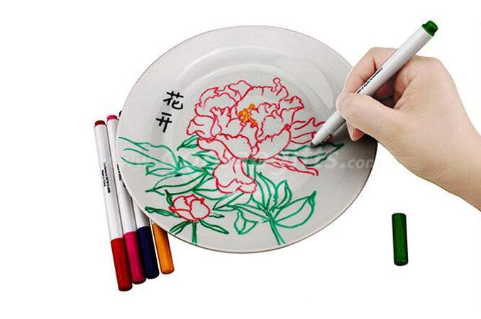 coloring ceramic  plate  with  special coloring pen  and markers